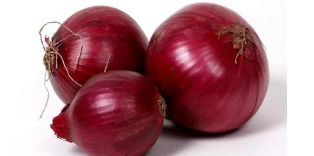 Red onion juice to get rid of dark spots on face caused by pimples
