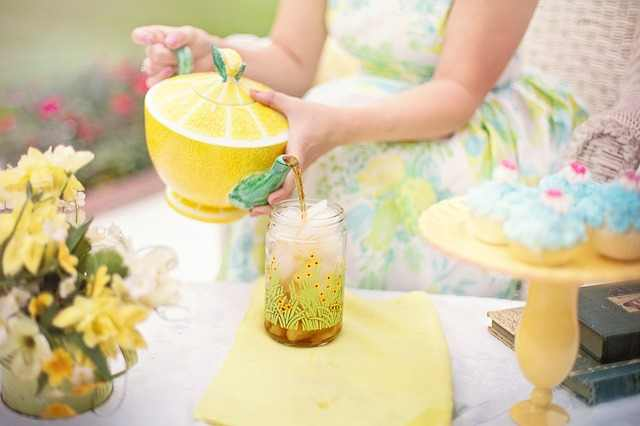Lemon contains neutralizing acids that help in dealing with the heaves